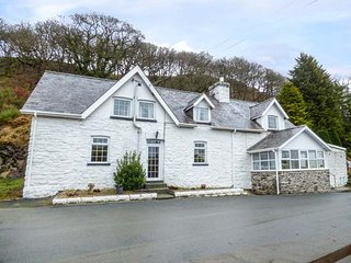TANYRALLT FARM, woodburner, WiFi, parking, quaint country location, Llanafan Faw