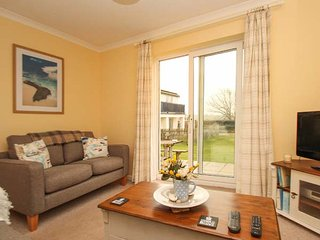 SEA AYR, cosy and bright ground floor apartment, parking, private patio, shared