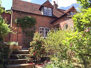 QUAY HILL STUDIO, hot tub, open fire, WiFi, en-suite, in Lymington, Ref 946447