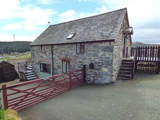 TYDDYN DYFI COTTAGE, countryside views, pet-friendly, WiFi, raised decked