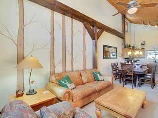 Cozy townhome near skiing w/ fireplace & shared pool/hot tub access!