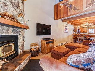 Downtown condo with shared pool, hot tub, and sauna as well as a loft!, Mammoth Lakes