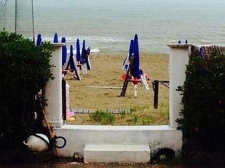 Torvaianica affittasi con giardino sulla spiaggia