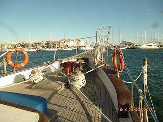 la vue sur le port à l'avant du bateau