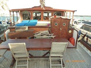 bateau, gîte, goelette de 23 mètres; plage et parking
