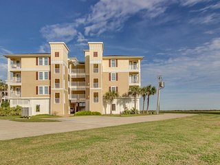 Lovely waterfront condo w/ shared pool and hot tub plus beach access