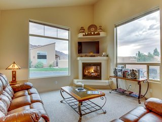 Updated family friendly condo w/seasonal pool & hot tub access - near Arches!