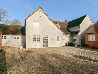 FARMHOUSE, detached, 5 bedrooms, enclosed garden, near Coventry, Ref 948642