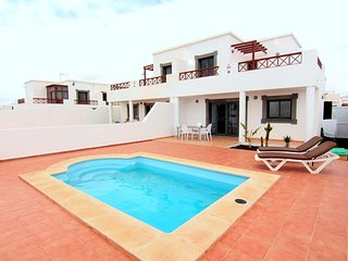 Excellent 3 beroom villa with private pool , modern furniture and fully equipped, Playa Blanca