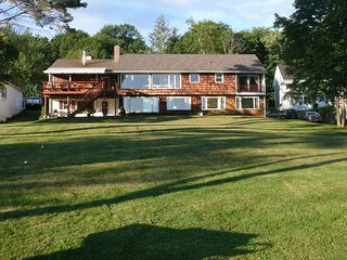 Waterfront Private sandy beach,large back yard, Mnt views, great fishing, Laconia