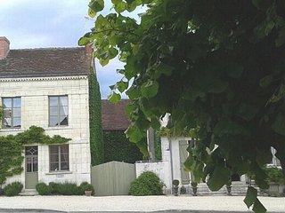 La façade, le jardin fermé est à droite