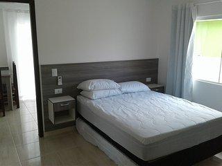 Suíte e cozinha completa 3 á 4 pessoas ambiente limpo e seguro tudo novo., Bombinhas