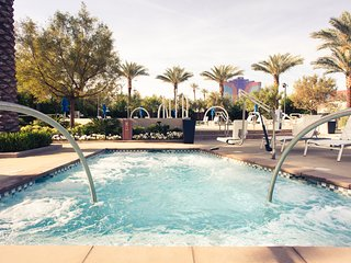 VEGAS Desert Blue Resort with 2 pools, cabanas, grill, 2 hot tubs & free parking