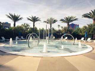 Wyndham Desert blue 2 bedroom unit with poolside bar, 2 pools, hot tubs & games
