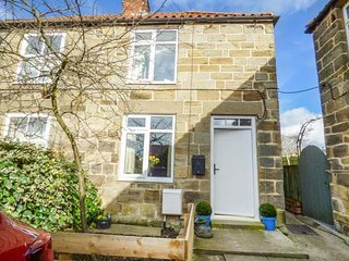 CRABAPPLE COTTAGE, pet-friendly, lawned garden, close to shop and pub, Hinderwel