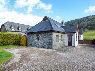 2 STABLE COTTAGE, pet-friendly, courtyard patio, mountain and woodland views, Di