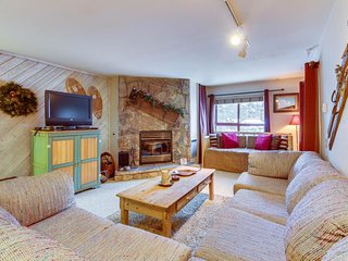 Enjoy a spacious corner condo w/ shared hot tub, sauna, & summer pool
