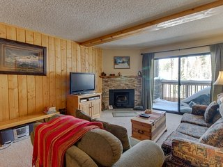 Cozy condo with golf course view plus shared pools, hot tubs - close to skiing
