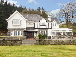 PENGWERN FARMHOUSE, hot tub, lawned garden, pool table, walks from the door, Llanrwst