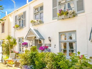 BLUE HARBOUR COTTAGE delightful cottage, enclosed courtyard, woodburner, in Torq