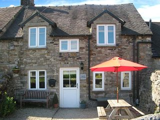 HAVEN COTTAGE, electric fire, WiFi, patio with furniture, great base for, Ashbourne