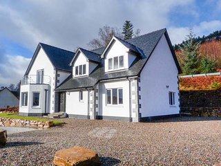 HOLLY HOUSE, wood burning stove, private gardens, spacious layout, near Spean