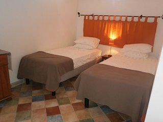 Romantic, cosy loft suite on lovely town square with walking and wine, Saint-Chinian