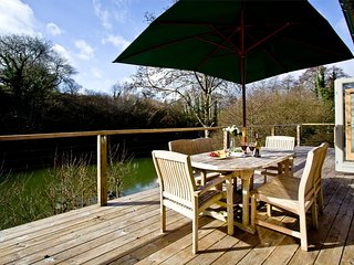 7 Waters Edge, Stonerush Lakes located in Lanreath, Cornwall