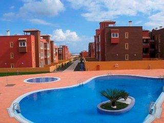 Apartamento de 70m2 en zona tranquila con jardin privado y piscina comunitaria., Corralejo