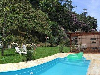 A beira do lago do Quitandinha e cercado por montanhas, esta situada o nosso lar