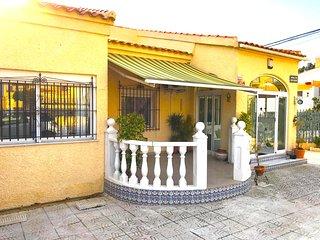 Luxury Detached Villa Near Amenities, WIFI, Sat TV, Aircon, La Marina