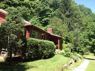 Brevard, NC cottage, Bold Stream, and Trout Pond, great hiking, and waterfalls