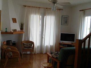 sala de estar con salida a la terraza. La terraza cuenta con una mesa y 6 sillas, con vistas al mar.