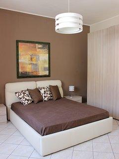 Stanza da letto con arredamento moderno e funzionale.