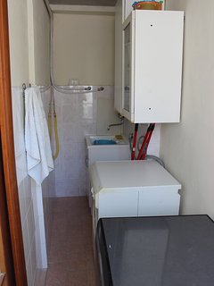 Lavanderia con pilozza, lavatrice, lavastoviglie.