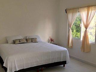 Hermosa Suite con cama king saize y vista a la laguna