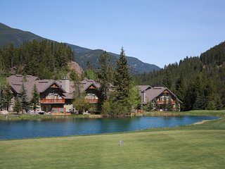 Lone Wolf Chalet- Backs onto Greywolf 9th Hole, Ski-In/Ski-Out & Private Hot Tub