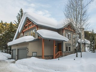 Lone Wolf Chalet- Ski-In/Ski-Out, Backs onto Greywolf 9th Hole & Private Hot Tub