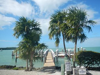 """Hideaway By the Sea"": Water views, pool, dock, balconies, Florida Keys gem, Marathon Shores"