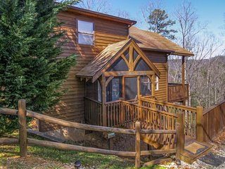 Mountain view cabin w/ pool table & private hot tub. Close to Smoky Mt Ntnl Park, Sevierville