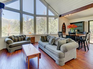Dog-friendly home with vaulted ceilings and mountain views!