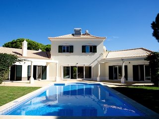 Villa Victoria, BBQ, pool, WiFi, supermarket and restaurants are 10min by foot