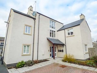 3 OLD LAUNDRY MEWS, stylish first floor apartment, open plan living, centre of, Ingleton