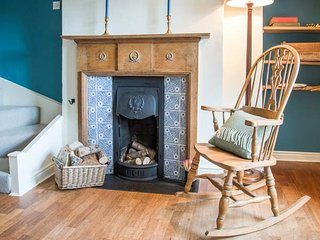 BEACON COTTAGE, very well-appointed cottage, open fire, walks from door, Addingham