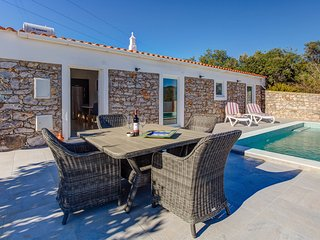Pretty modernised stone cottage in very peaceful location with private pool, Santa Barbara de Nexe