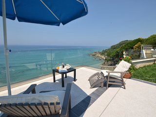 SEAHORSE BEACH VILLA -   RIGHT ON THE SEA,  WITH  POOL & STEPS DOWN TO THE BEACH, Corfù