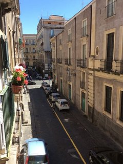 Via Biscari ( la prima strada che si incrocia nella foto è via Etnea )