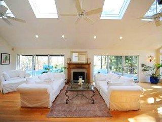 Villa Sofia - Cozy 6 Bedroom Hapmtons Abode
