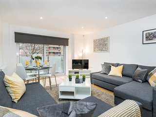 Vibrant Vauxhall Apt 2 - Zone 1 Sleeps 6 with PARKING Perfect for Families