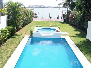 Luxury Water Front 3 Bedroom Home - Pool, Garden and Deck - up 12 people, Cancún